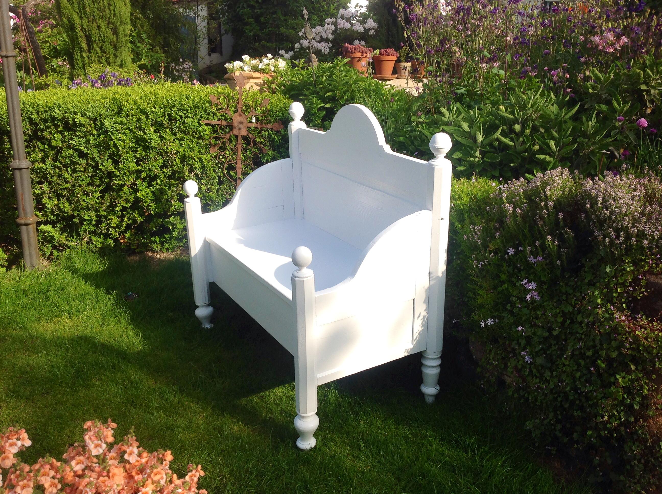 eine bank f r drinnen und drau en gebaut aus einem alten biedermeierbett hof25. Black Bedroom Furniture Sets. Home Design Ideas